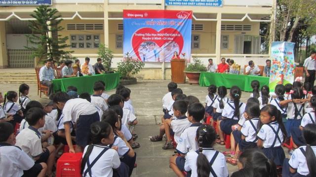 Điện Quang tặng quà cho học sinh
