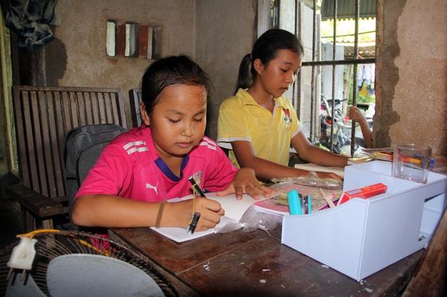 Dù nhà nghèo, thiếu thốn đủ bề, góc học tập đơn sơ, nhưng Lệ Hằng, Vàng Anh và người chị gái Thu Hiền (đã bỏ học) luôn là những cô học trò tiêu biểu của nhà trường.