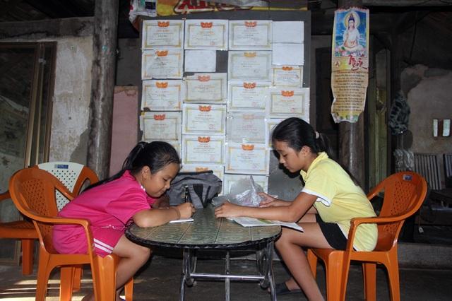 Hai bé cũng là những học sinh rất giỏi của nhà trường.