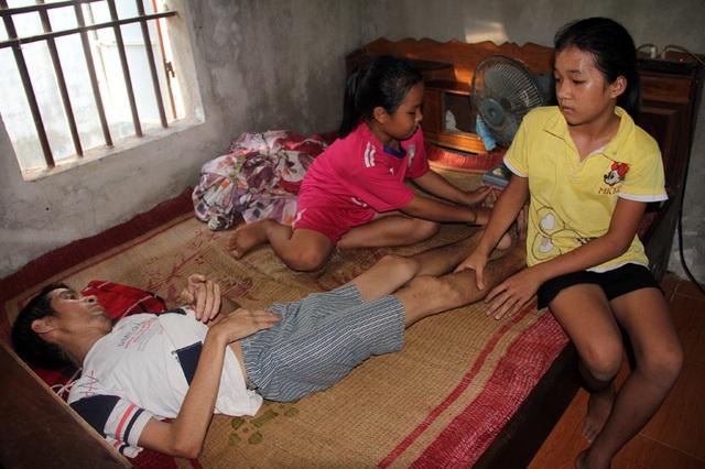 Lệ Hằng và Vàng Anh thương bố bị bệnh tật hành hạ. Hai đứa trẻ tội nghiệp thường dành thời gian để xoa bóp cho bố, bù đắp phần nào những thiếu thốn về thuốc men.