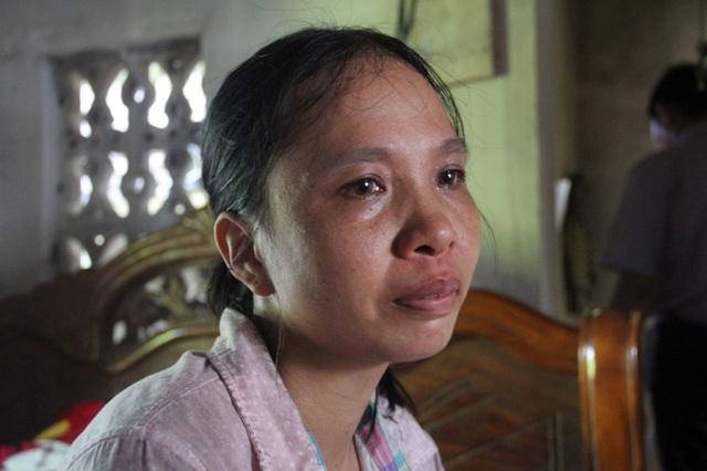 Chị Dung mắt ngân ngấn lệ trước tình cảnh những đứa con đứa con học giỏi của vợ chồng chị đang lần lượt phải bỏ học.