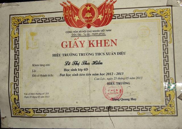 Một trong những giấy khen về thành tích học tập của chị cả, Thu Hiền.