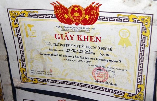 Giấy khen của Trường tiểu học Ngô Đức Kế dành cho Lệ Hằng.