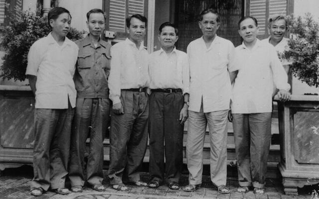 Tổng Bí thư Lê Duẩn với các đồng chí Ban Thường vụ Khu ủy Khu V (1986). Ảnh: Minh Đạo - TTXVN