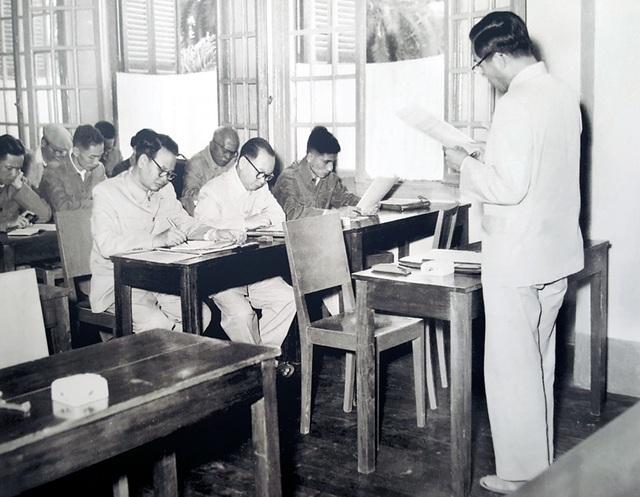 Từ giữa năm 1957, theo quyết định của Bộ Chính trị và Chủ tịch Hồ Chí Minh, đồng chí Lê Duẩn ra Hà Nội nhận nhiệm vụ mới. Ảnh: đồng chí Lê Duẩn đọc báo cáo tại Hội nghị Ban Chấp hành Trung ương Đảng Lao động Việt Nam lần thứ 14 (khóa II) - Hà Nội, ngày 10/11/1958.
