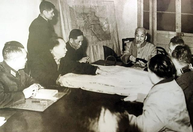Chủ tịch Hồ Chí Minh và Bí thư thứ Nhất Lê Duẩn (thứ 3, từ trái sang) cùng các đồng chí trong Bộ Chính trị họp bàn và ra Nghị quyết về Tổng công kích, tổng khởi nghĩa vào dịp Tết Mậu Thân 1968. Hà Nội, ngày 28/12/1967.
