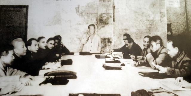 Bí thư thứ Nhất Lê Duẩn (đứng) chủ trì cuộc họp mở rộng của Bộ Chính trị (đợt 2), từ ngày 18/12/1974 đến ngày 7/1/1975 tại thủ đô Hà Nội, quyết định mở cuộc tổng tấn công và nổi dậy mùa xuân năm 1975.