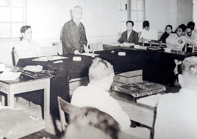 Theo phân công của Ban Chấp hành Trung ương Đảng, đồng chí Lê Duẩn được giao trách nhiệm trực tiếp giúp Chủ tịch Hồ Chí Minh điều hành công việc chung của Đảng; được phân công chỉ đạo chuẩn bị Đề án và dự thảo Nghị quyết về cách mạng miền Nam để đưa ra Hội nghị lần thứ 15 Ban Chấp hành Trung ương Đảng (khóa II) thảo luận và quyết định. Ảnh: Chủ tịch Hồ Chí Minh và đồng chí Lê Duẩn (thứ nhất, bên trái) dự Hội nghị lần thứ 16 Ban Chấp hành Trung ương Đảng mở rộng (khóa II) - Hà Nội, tháng 4/1959.