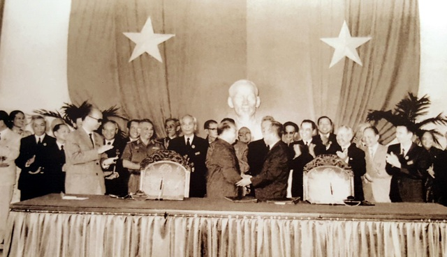 Lễ ký các văn kiện chính thức của Hội nghị Hiệp thương Chính trị thống nhất Tổ quốc. Sài Gòn, ngày 21/11/1975.