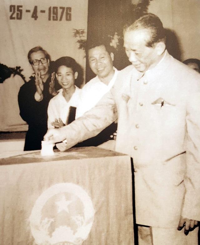 Bí thư thứ Nhất Lê Duẩn bỏ phiếu bầu Quốc hội khóa VI tại hòm phiếu số 30, khu vực 1, khu phố Ba Đình, Hà Nội, tháng 4/1976.