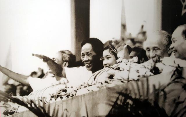 Bí thư thứ Nhất Lê Duẩn và các đồng chí lãnh đạo Đảng, Nhà nước trên lễ đài mừng chiến thắng của nhân dân Thủ đô, ngày 7/5/1975.