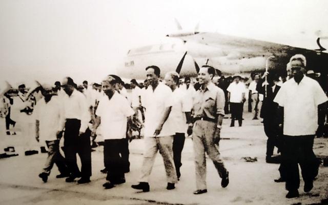 Bí thư thứ Nhất Lê Duẩn (thứ 4, hàng đầu tiên, từ trái sang) cùng các đồng chí lãnh đạo Đảng, Nhà nước thăm Sài Gòn - Gia Định sau ngày toàn thắng, tháng 5/1975.