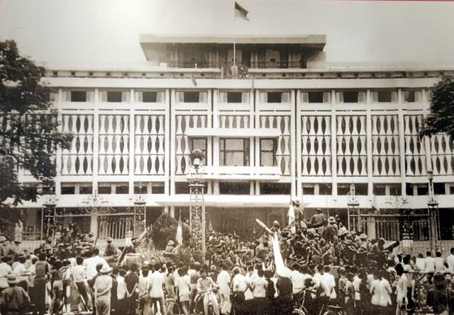 Cờ chiến thắng tung bay trên nóc dinh Độc Lập, cơ quan đầu não của chính quyền Sài Gòn, sáng ngày 30/4/1975, kết thúc thắng lợi cuộc kháng chiến chống Mỹ, cứu nước của nhân dân Việt Nam.
