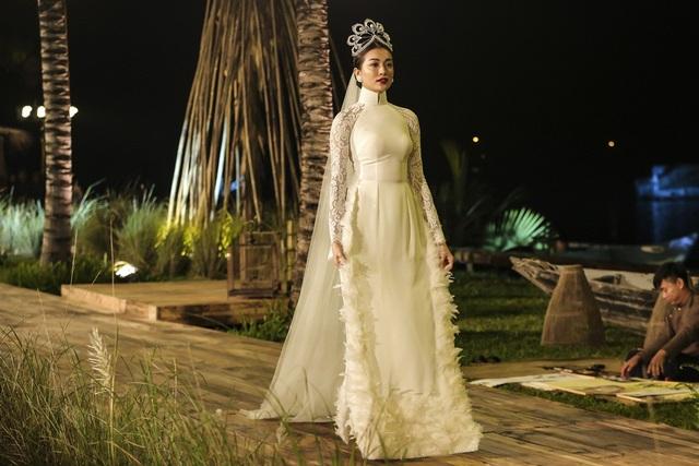 Trong màn diễn cuối, Á hậu Lệ Hằng bất ngờ xuất hiện trong bộ áo dài cưới và đội chiếc vương miện Mikimoto - chiếc vương miện được chế tác đặc biệt cho các Hoa hậu Hoàn vũ thế giới.