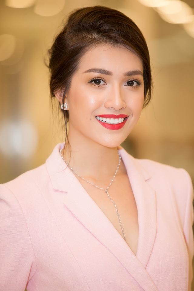 Người đẹp tiếp tục chứng minh gu thời trang của mình khi chọn mái tóc búi gọn phía sau, đi cùng trang sức kim cương sang trọng.