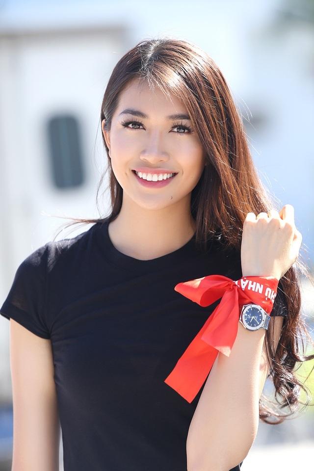 Trước đó, cô đảm nhận vai trò vedette của NTK Adrian Anh Tuấn tại Đại sứ quán Pháp tại Hà Nội. Ngay sau đó, người đẹp đáp chuyến bay về TPHCM trong khuya. Dù hành trình tất bật và địa điểm tổ chức khá xa trung tâm, Lệ Hằng vẫn xuất hiện rạng rỡ từ sớm.