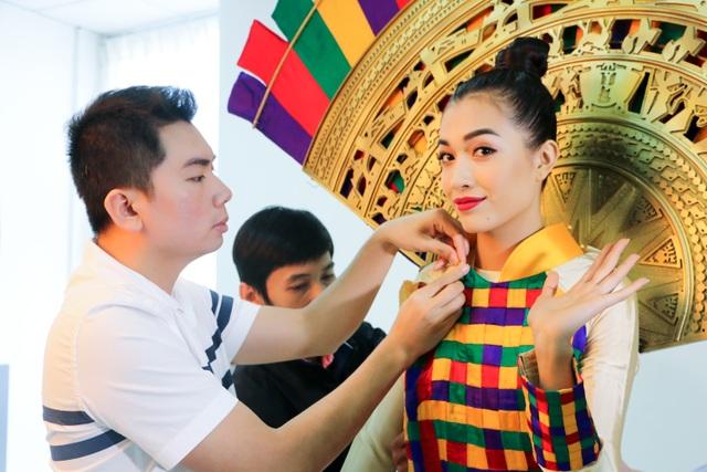 Thí sinh Nguyễn Hữu Bình đầu tư cho thiết kế mang tên Hồn Việt dựa trên hình ảnh chiếc nón lá bài thơ của xứ Huế.