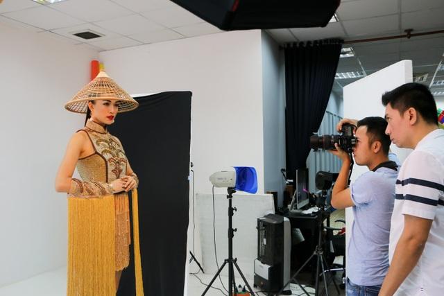 Hiện tại, mọi công tác chuẩn bị về trang phục, êkip, thủ tục di chuyển cho Lệ Hằng bước vào giai đoạn hoàn tất để người đẹp yên tâm dự thi. Cô sẽ lên đường bay sang Philippines vào sáng sớm ngày 12/1. Cuộc thi Hoa hậu Hoàn vũ 2016 diễn ra từ ngày 12-30/1 tại Philippines. Chung kết sẽ diễn ra lúc 8h sáng ngày 30/1 (nhằm mùng 3 Tết âm lịch).