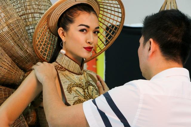 """Đặc biệt, thí sinh Thái Trung Tín có đến hai mẫu trang phục lọt vào Top 5, bao gồm """"Mẫu nghi"""" và """"Nàng mây""""."""