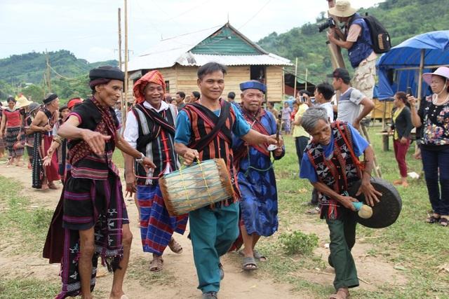 Các già làng đi đầu múa cồng chiêng, trống
