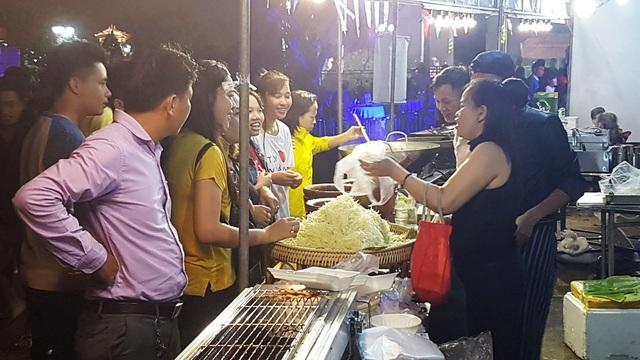 Môt số gian hàng bán thêm cả đồ Lào, Thái Lan...