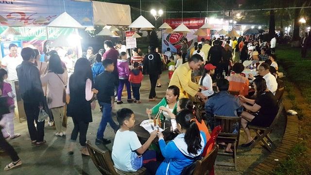 Người dân, du khách vào ăn các món ẩm thực đặc sắc