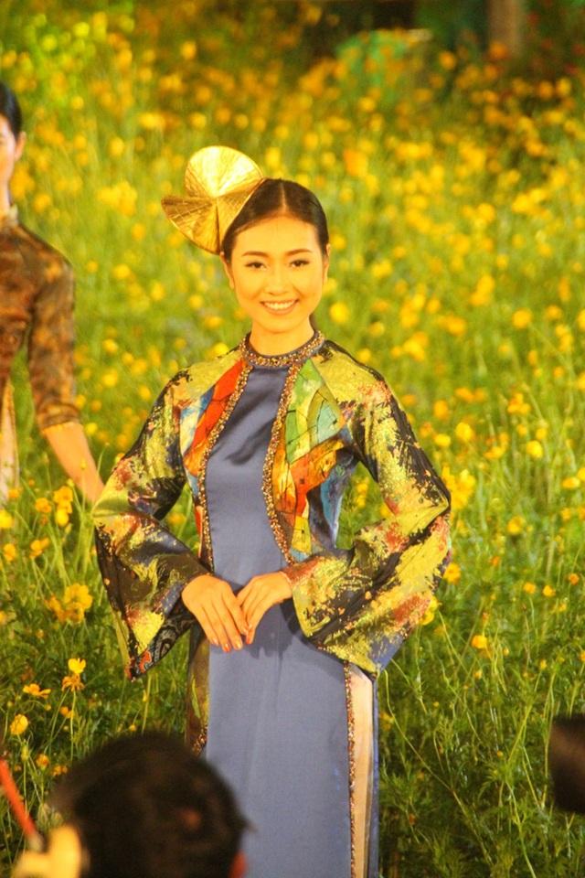 NTK Khánh Shyna với BST áo dài từ nền tranh họa sĩ Nguyễn Đăng Sơn