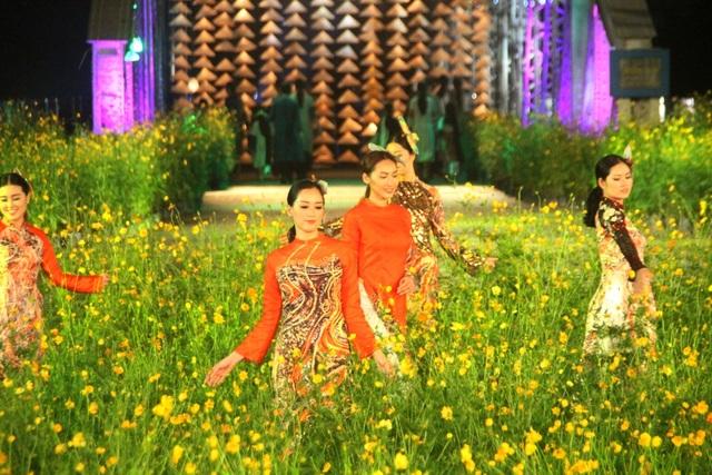NTK Viết Bảo với bộ áo dài từ nền tranh họa sĩ Trương Bé