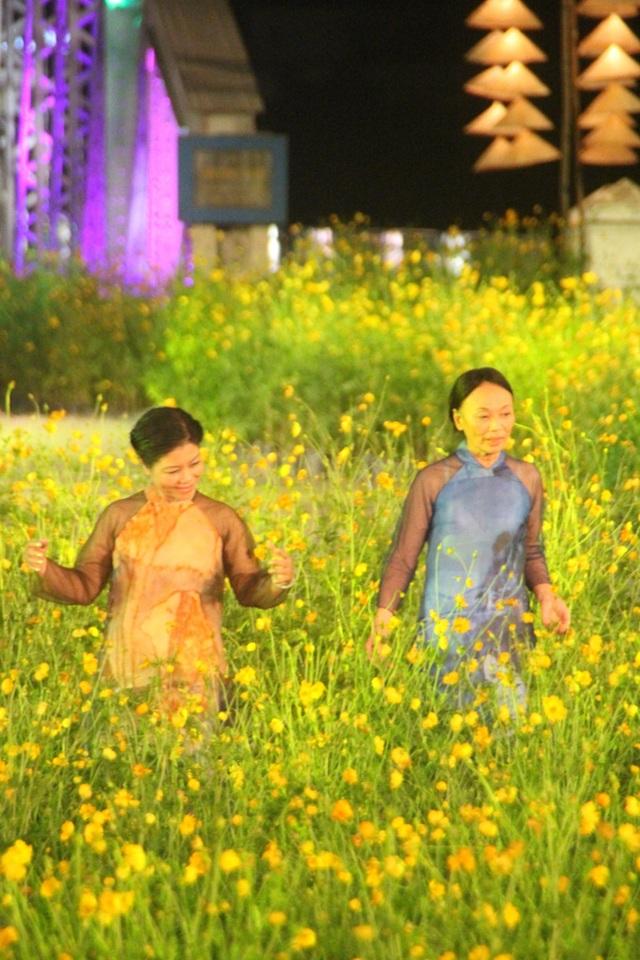 Các cựu nữ sinh trường Đồng Khánh xưa đã đem đến sự bất ngờ cho khán giả khi làm người mẫu trình diễn BST áo dài của NTK Minh Hạnh trên nền tranh cố họa sĩ Đinh Cường