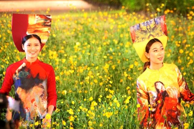 NTK Quang Huy và áo dài nền tranh họa sĩ Đặng Mậu Tựu