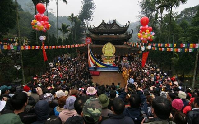 Vãn cảnh chùa Hương đầu năm không chỉ để cảm nhận không khí thanh tịnh, yên bình mà còn để cầu may mắn cho một năm mới an lành.