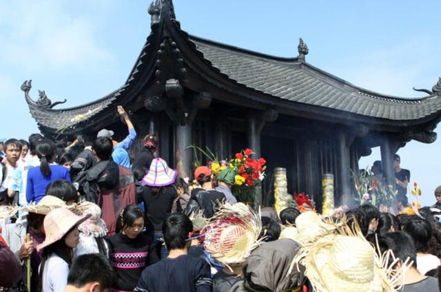 Yên Tử là ngọn núi cao trong dãy núi Đồng Triều, với hệ thống cáp treo hoạt động hết công suất để phục vụ như cầu thưởng ngoạn du lịch của người dân.