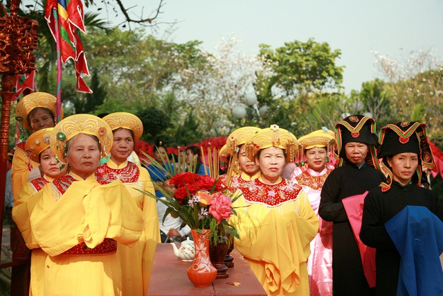 Những người tham gia lễ tế được gọi là các nữ quan.