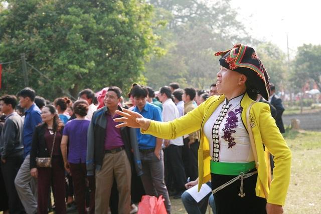 Người dân hòa mình vào các trò chơi dân gian tại lễ hội.