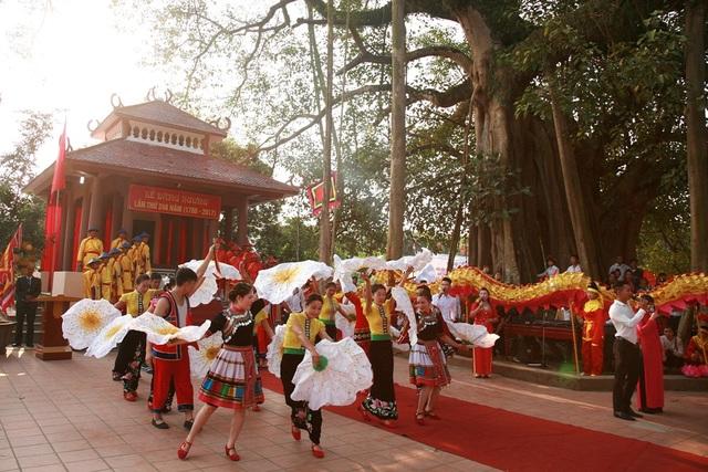 Một tiết mục văn nghệ diễn ra tại Lễ hội đền Hoàng Công Chất - Thành Bản Phủ.