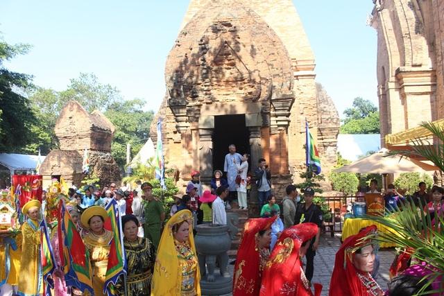 Kết quả hình ảnh cho Lễ hội tháp Bà Ponagar