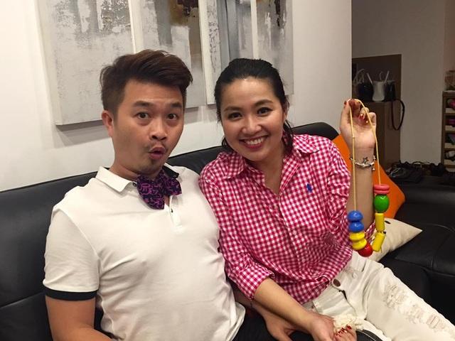 Món quà này được chồng Lê Khánh chia sẻ trên trang facebook để khoe. Ngay sau đó, Lê Khánh còn hài hước vào comment: Chúc chồng ngày nào cũng là ngày mang thai. Tối cùng ngày, cặp đôi cùng bạn bè đi ăn tối tại quán của chồng Lê Khánh đang kinh doanh.