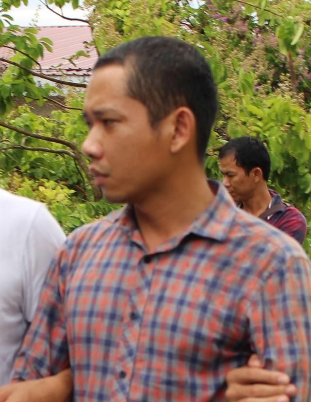 Dẫn giải nghi phạm Lê Lâm Hưng đi thu hồi vật chứng. Ảnh: PT