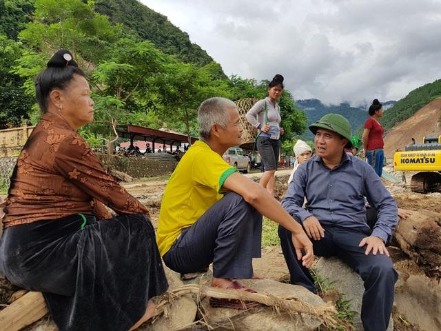 Thứ trưởng Lê Quang Hùng trao đổi, chia sẻ với người dân Nặm Păm.