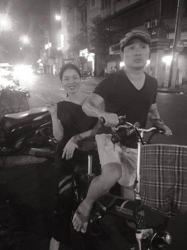 Lệ Quyên trẻ trung khi được ca sĩ Quang Linh chở đi dạo phố bằng xe đạp