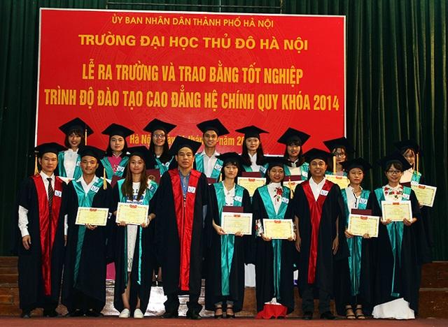 Thầy trò trường ĐH Thủ đô Hà Nội trong lễ ra trường diễn ra sáng ngày 4/7/2017.
