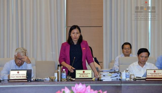 Chủ nhiệm UB Tư pháp Lê Thị Nga chủ trì việc thẩm tra báo cáo về công tác phòng chống tham nhũng năm 2017.