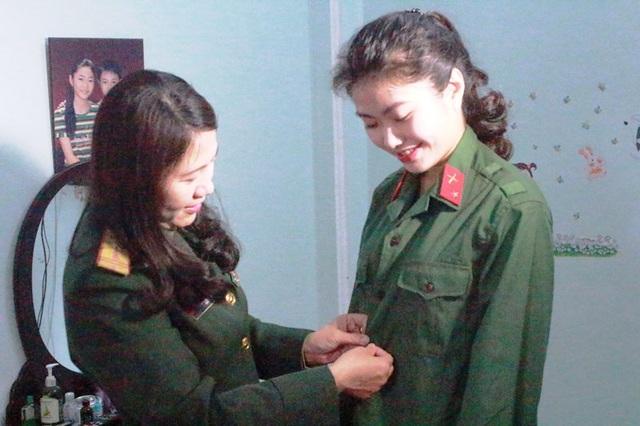 Sau khi tốt nghiệp 2 trường ĐH, Lê Thị Thùy Linh (phải) đã quyết định nộp đơn và trúng tuyển trở thành chiến sĩ