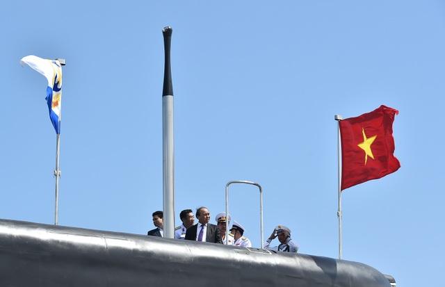 Thủ tướng Nguyễn Xuân Phúc thăm 2 chiếc tàu Kilo vừa nhận cờ Việt Nam để chính thức hoạt động...
