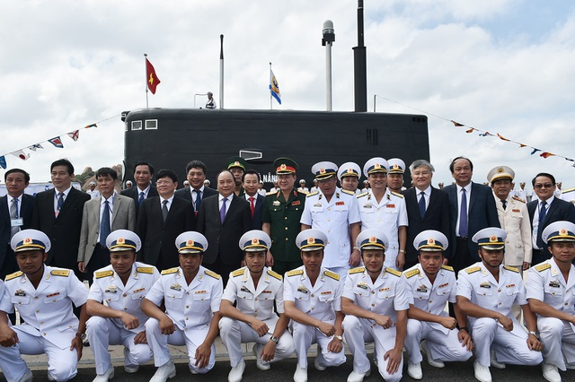Thủ tướng cùng các lãnh đạo Đảng, Nhà nước chụp ảnh lưu niệm với các chiến sỹ, thủy thủ của Kilo Đà Nẵng và Kilo Bà Rịa - Vũng Tàu.