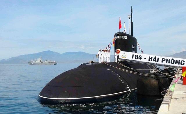 """Vào ngày 1/8/2015, cũng tại quân cảng Cam Ranh đã diễn ra Lễ thượng cờ cho 2 tàu ngầm Kilo """"184-Hải Phòng"""" và Kilo """"185-Khánh Hòa"""". Đây là tàu ngầm thứ 3 và thứ 4 Nga đóng cho Việt Nam"""