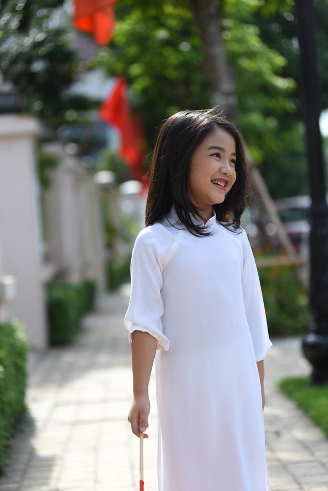Chị Thư, mẹ của Bảo Hân Suri đặt may cho con gái chiếc áo dài màu trắng này để đi chơi 2/9. Chị mong muốn con gái có một kì nghỉ thật vui nên đã cùng với nhiếp ảnh Leon Lee chụp ảnh cho con gái.