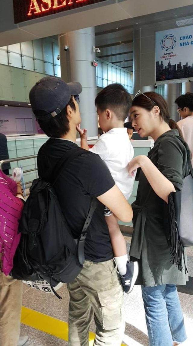 Hình ảnh vợ chồng Lee Byung Heon và con trai tại sân bay Đà Nẵng, Việt Nam, ngày 3/7.
