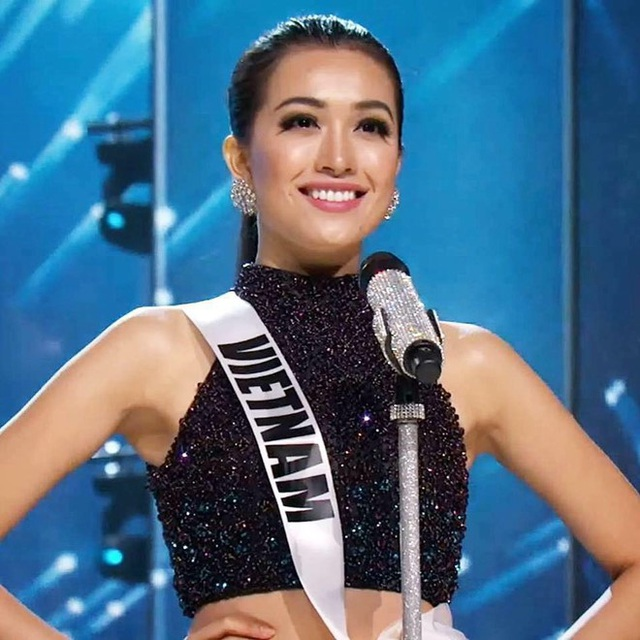 Người đẹp Việt Nam rất tự tin và cuốn hút trong phần đầu đêm thi bán kết.