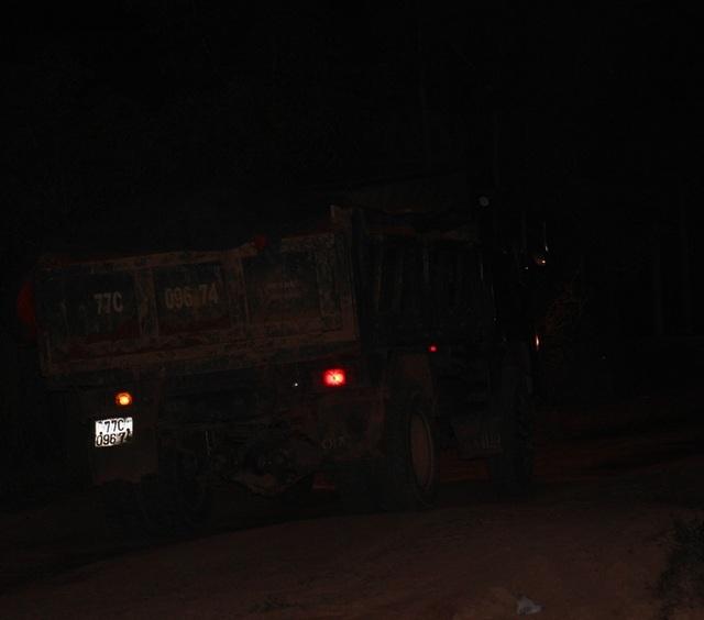 Lợi dụng các xe tải chở dưa hấu ban đêm, các xe tải chở đất tung hoành